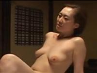 控えめの垂れ乳がエロい熟女が肉棒を求める