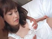 乳首が綺麗な人妻熟女がセックスで激しく感じてる