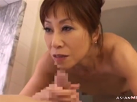 ケバイおばさんにお風呂でフェラチオされて口内射精