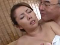 巨乳人妻が中年親父にお風呂でご奉仕させられる