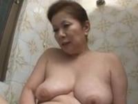 童貞の息子に女の身体を教える淫乱六十路お母さん