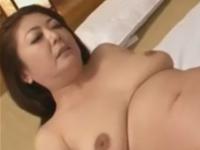 熟女の放尿動画 おしっこまみれの膣で若者のマラを咥えるおばさん