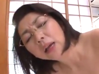 男子生徒の性欲を膣内で受け止める眼鏡熟女教師