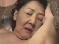 70代の高齢熟女が久しぶりの子作りで吐息を漏らして静かに感じる