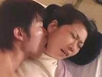 風俗で働く母親を指名して抱く息子 歪んだ親子の近親相姦動画