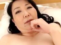 ぽっちゃり熟女のムチムチの膣を手マンしてお漏らしさせてみた