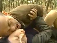 三十路の独身女がジョギング中に強姦魔に襲われ野外レイプ