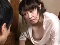 無防備な人妻熟女の乳首パイチラで息子が五十路の母に女を感じて犯してしまう瞬間