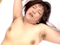 腋毛も熟女のエロスのひとつ…黒々とした腋を晒して中出しされる四十路のパイパン人妻