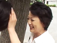 一人暮らししている息子に会いに故郷から上京してきた母親が再会の近親相姦で求め合う