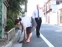 中腰で掃き掃除しているおばさんの大きなお尻を見てムラムラする近所の男