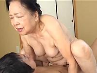 80歳のおばあさんがセックスを披露!肉厚なパイパンを湿らせて膣内射精