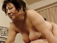 母親の姉は六十路の熟女 爆乳を持つ叔母の豊満な身体に包まれて中出し