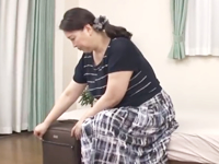 重量感たっぷりの姑のぽっちゃり完熟ボディが熟女好きの婿の股間を鷲掴み