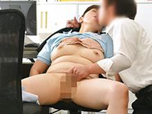 清掃員のおばさんと職場でセックス 仕事中に社員に抱かれる働く熟女