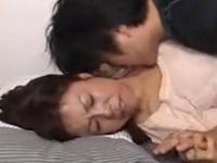 息子に抱かれる母親の親子の一線を越えた近親相姦動画