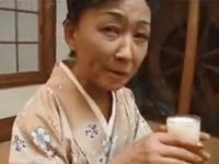 還暦熟女マンコを濡らして3Pしてるスレンダーおばあさん