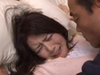 他人の奥さんをベッドに押し倒して無理矢理犯すおじさん