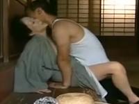 昭和の淫乱熟女が義理の息子や近所のおじさんに股を開く
