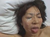 美熟女の顔面に濃い精液をぶっかけてからお掃除フェラさせてみたい
