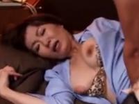 熟女CAが機長とアナルセックス 極太ペニスで肛門をヌポヌポ
