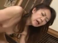 瘦せ細った身体をくねらせて上司とのセックスに喘ぐ貧乳熟女