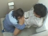 トイレ掃除のおばさんとトイレでエロいことしてる男