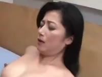 美熟女な母親がマンコを濡らして息子を求める