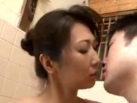 髪をアップして入浴する美熟女がそそる