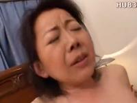 50代のおばさんがマン汁垂らして恥ずかしそうに喘ぐ