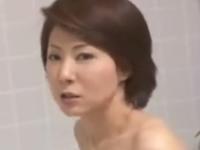 お風呂でオナニーしていた母と目が合い近親相姦で中出しセックス