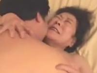 70歳を越えてそうなお婆さんがご無沙汰セックスで絶頂