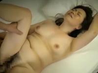 マッサージ師のおばさんとの中出しセックスに成功した盗撮動画