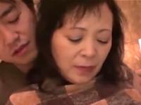 50代のおばさんの股に顔を埋めてマン汁をすする熟女フェチ