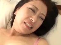 どんどん敏感になる50代のおばさんのグチョマンに膣内射精