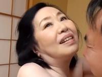 中年の男を坊や扱いできる70代の高齢熟女がぽっちゃり肥えた古希の膣内で精子を飲み干す