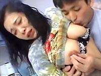 近親相姦を拒めずに欲求不満な完熟女体を息子に抱かれて感じてしまう五十路の母親