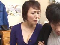 息子の友達に本気になった六十路のおばさんが胸を押しつけて男根を求める