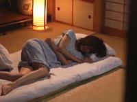 母の友人が眠る寝室に…寝たふりをして待っていた四十路の美魔女おばさん