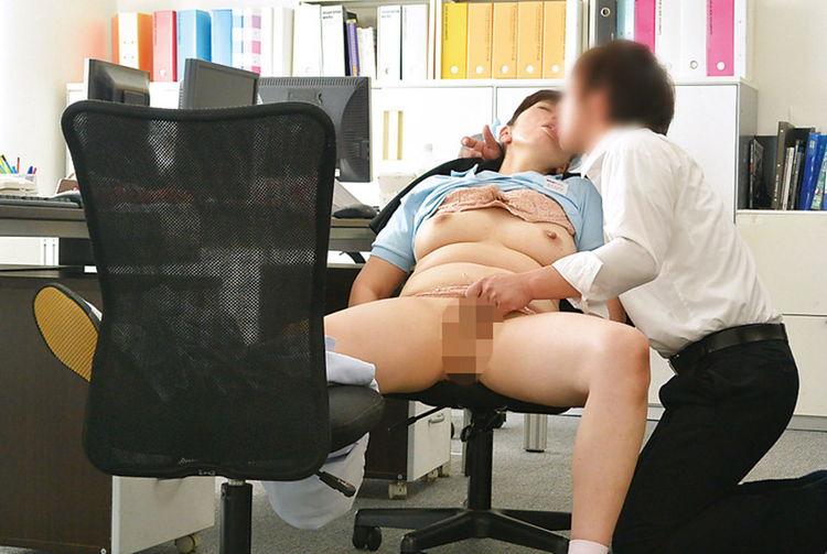 掃除のおばさんと職場でセックス…9