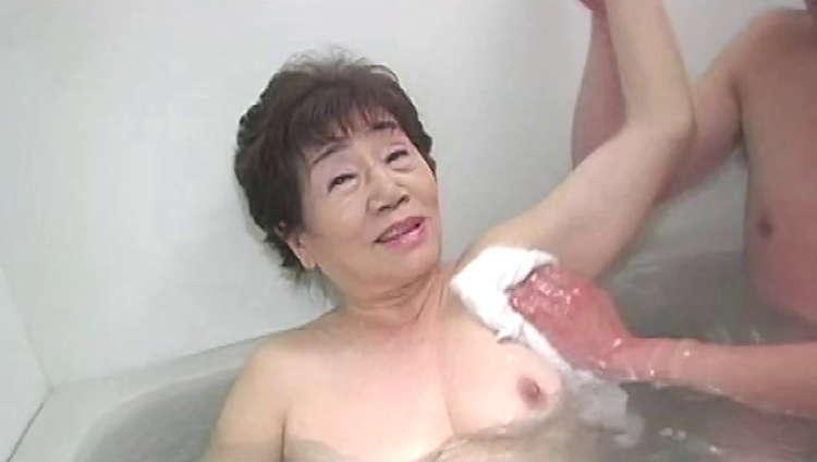 おばあちゃんと中出しセックス…12